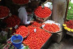 Au marché de Port-Louis (philippeguillot21) Tags: marché étal market markt mercado tomate tomato potiron portlouis maurice mauritius indianocean africa pixelistes man commerçant homme canon piment