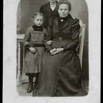 Archiv R928 Mutter mit Sohn und Tochter, 1910er thumbnail