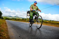 Rolling back home....Explore (Rey Cuba) Tags: farmer cuban green pinardelrio mountains bike cubanfaces road carreteras campesino bicicleta montañas campos cultivos china biking crops roadtrip cuba cubanos verde regreso outdoor travel transportation transporte reycubaphotography