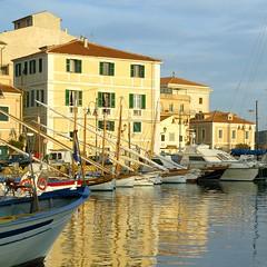 La Maddalena / Sardinia (rosch2012) Tags: sardinien italien italy boat yacht water sea ocean mediterranean building gebäude haus schiff spiegelung reflexion mast daylight tageslicht sonnig sunny urlaub holiday