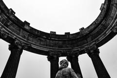 Bacchus temple (Lea Ruiz Donoso) Tags: blancoynegro blackandwhite bw monumento monument columnas columns baco templodebaco statue estatua monochrome