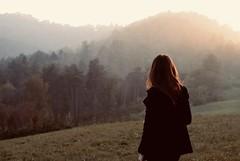 30.10.16 (...cati...) Tags: girl ragazza light luce soft autumn autunno alberi trees forest gold rame nature natura foschia fog nebbia sole