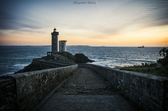 De la terre vers la mer. (Alex-Mca-29) Tags: phare lighthouse flickr nikon d3100 pont mer sea bleu blue ciel sky paysage landscape bretagne brittany france