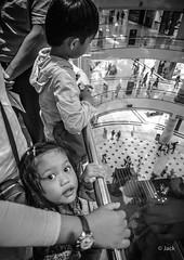 en passant par KL (Jack_from_Paris) Tags: p1000129bw panasonic dmcgx8 micro 43 raw mode dng lightroom rangefinder télémétrique capture nx2 lr monochrom noiretblanc bw wide angle kl kuala lampur street centre commercial enfant child regard