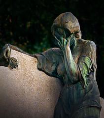 Demeters Schatten (Maquarius) Tags: friedhof hauptfriedhof würzburg statue grab frau trauer hände vors gesicht mainfranken unterfranken franken patina