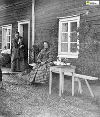 tm_11042 (Tidaholms Museum) Tags: svartvit positiv gruppfoto människor people family familj bostadshus exteriör exterior building garden furniture trädgårdsmöbel trädgård