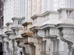 Zooitje ongeregeld (Shahrazad26) Tags: architectuur architecture balconies balkons zurenborg antwerpen antwerp anvers belgië belgique belgium