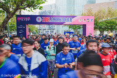 LD4_0025 (晴雨初霽) Tags: shanghai marathon race run sports photography photo nikon d4s dslr camera lens people china weekend november 2018 thousands city downtown town road street daytime rain staff
