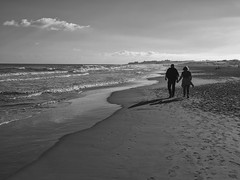 Walking on the beach, Guardamar, Alicante, Spain (Angel Talansky) Tags: walk walkingonthebeach beach love coupe paseo playa guardamar alicante playasdeguardamar pareja