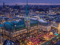 Rathausplatz Weinachten (Torsten schlüter) Tags: deutschland hamburg rathaus rathauplatz weihnachten weihnachtsmarkt blauestunde kunstlicht winter olympus 25mm 2017