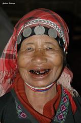De sonrisa fácil - Tailandia (Gabriel Bermejo Muñoz) Tags: akha mujerakha tribuakha akhatribe akhawoman hilltribe tribusdelasmontañas chiangrai tailandia thailand portrait peopleoftheworld gentedelmundo indigenous asia asian asiatico asianpeople asiatica expression expressive travel ethnic thai thaipeople thailandpeople anciana vieja old older oldwoman smile sonrisa alegre funny elderly cara face abuela grandmother grandma granny wrinkles arrugas ancianos ancient anciano gabrielbermejomuñoz tribial tribu tribe etnia etnico indigena nativo native risa