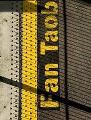 Fan taob[h thiar den líne seo] (Rhisiart Hincks) Tags: rabhadh uigeacht buí ardántraenacha ancóbh contaechorcaí éire iarnród stáisiún gaeilge scáthanna focail yellow buidhe melyn melen hori jaune amarillo gorsaf geltoki tihenthouarn tigar gare estacion station stèisean porzhhouarn rheilffordd henthouarn hynshorn trenbide burdinbide chemindefer railway rathadiarainn eisenbahn ferrocarril ferrovia geležinkelis 铁路 鉄道 caleferată iwerzhon ireland iwerddon ирландия iwerdhon irsko ιρλανδία èirinn īrija irlanda 爱尔兰 írország airija 愛爾 cysgodion itzalak skeudoù shadows ombres dubharan