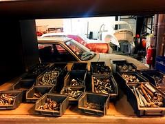 Des ptites vis, des ptites vis.. toujours des petites vis 🎶 (fourmi_7) Tags: vintagecar maroilles repararion anciennes voitures restauration garage