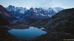 Un soir au Lac Blanc (Quentin Douchet) Tags: alpes alpesfrançaises alps auvergnerhônealpes eau france frenchalps hautesavoie lacblanc2352m massifdesaiguillesrouges montblanc4810m glacier lac lake landscape montagne mountain panorama paysage sommet summit water chamonixmontblanc fr