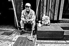 Chillin with a Minion (Victor Borst) Tags: groen street streetphotography streetlife reallife real realpeople asia asian asians faces face candid travel tr travelling trip traveling urban urbanroots urbanjungle blackandwhite bw mono monotone monochrome fuji fujifilm xpro2 expression minion minions japan japanese