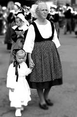 Bretonne4 (Patrick Doreau) Tags: people personne bretonne danseuse tradition culture fête sourire bouche yeux coiffe femme défilé danseur breton saintloup guingamp