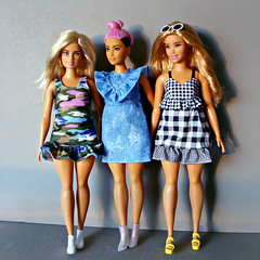 Curvy Fashionistas (Deejay Bafaroy) Tags: barbie doll dolls puppe puppen fashionistas 94 curvy mattel portrait porträt blonde blond pink rosa green grün blue blau 96 black schwarz white weiss dress kleid sunglasses sonnenbrille 95 denim jeanskleid shoes schuhe