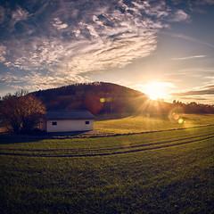 Der Schatten des Berges (Andreas Höschel) Tags: hessen deutschland germany herbs autumn sonnenuntergang sonne sun sunlight sonnenlicht himmel sky wolken clouds cloudscape landschaft landscape schatten shadow haus baum tree weitwinkel a77 sony