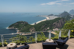 Plage de 🎶 Copacabana 🎶 (Serge Dai) Tags: plagedecopacabana copacabanabeach vuespectaculaire view famous terrasse table chaises chairs montagnes mountains paysage landscap borddemer seacape riodejaneiro brésil brazil amériquedusud southamerica