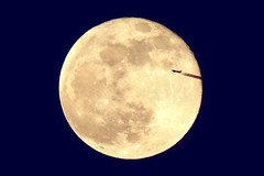 Fly me to the moon (and back) (minminatmidnight) Tags: nikoncoolpixp900 moon mond fliegen fly vollmond fullmoon 21012019
