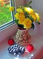 Осенние радости (lvv1937) Tags: натюрморт цветы ваза виноград яблоки |натюрморт|пост1комментарий38