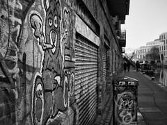 Camden graffiti (a.pierre4840) Tags: olympus omd em10 mzuiko 25mm f18 bw blackandwhite monochrome noiretblanc graffiti canal london england dof depthoffield streetart urban decay wall