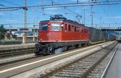 11464  ZH - Altstetten  02.06.00 (w. + h. brutzer) Tags: zhaltstetten eisenbahn eisenbahnen train trains schweiz switzerland railway elok eloks lokomotive locomotive zug ae66 610 sbb webru analog nikon