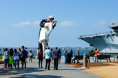 Seward Johnson's 'Unconditional Surrender' sculpture. (ho_hokus) Tags: 2018 ca california fujix20 fujifilmx20 jsewardjohnson sandiego ussmidway unconditionalsurrender sculpture tunaharborpark tourists