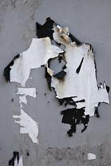 Affrontement (Gerard Hermand) Tags: 1811106170 gerardhermand londres london royaumeuni unitedkingdom canon eos5dmarkii mur wall papier paper blanc white noir black abstrait abstract abstraction