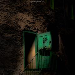 Le Mystère de la Porte Verte (Frédéric Fossard) Tags: dark dramatique intrigue suspens atmosphère mood oldhouse porte vieillemaison habitation vieilleville briançon citévauban hautesalpes texture lumière light ombre shadow green vert escalier mur entrée mystérieux architecture door