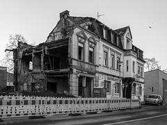 halbes Haus (wpt1967) Tags: abriss canon6d castrop castroprauxel eos6d ruhrgebiet ruhrpott bw nachbrand offeneräume sw wpt1967
