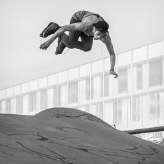 Jeremy Kesler flying trough the air (Drummerdelight) Tags: jeremykesler action jump entrepot blackwhite bw skating rollerblade champion