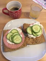 Frukost 4/1 (Atomeyes) Tags: mat rågbröd mortadella paprika skagenröra gurka kaffe lemonad citron mynta