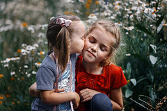 Sisters (Unicorn.mod) Tags: 2018 colors peoples child childs girl girls sisters portrait flowers flower summer canoneos6d canon canonef70200mmf28lisiiusm