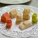 Mit 3D Drucksystem für Lebensmittel hergestellte, bunte Figuren auf weißem Tortenpapier