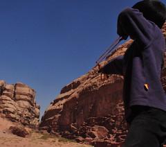 Recepção (fabian.kron) Tags: wadirum wadi rum jordan jordania deser deserto recepção chegada bodoque pedras ataque attack arriving reception kid garoto brincadeira joke canion canyon