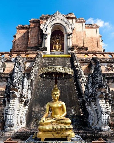 >🔖New blog post: 6 essential things to do in Chiang Mai (link in bio). ___ This is the magestic Wat Chedi Luang in the centre of Chiang Mai, Thailand. It was built in the late 1300s and restored in the 1990s. And it only costs US$1.25 to see. Wow!