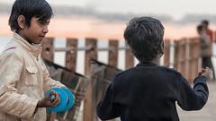 India y kids like to kite (Renate Bomm) Tags: renatebomm indien varanassi kinder childs kite drachen spielen