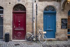 Bordeaux, France (Tiphaine Rolland) Tags: bordeaux france gironde autumn automne 2018 nikond3000 nikon d3000 porte gate door bleu blue rouge red vélo bicycle