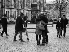 Der Fotograf (ingrid eulenfan) Tags: leipzig thomaskirche fotograf fotografieren schw blackandwhite schwarzweis street streetlife 1650mm
