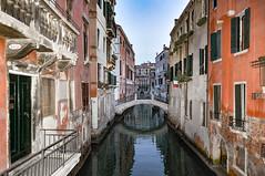 1830 (balese13) Tags: 1855mm d5000 italie venise canal drapeau eau immeuble lacustre nikon pont nikonpassion 510fav 1025fav 2550fav