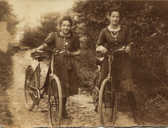 Two ladies with their bikes (letterlust) Tags: letterlust bicyclehistory fiets bicycle fahrrad rower vélo bicyclette bicicleta damesfiets frauenrad womensbike vélopourfemmes