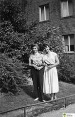 tm_5966 (Tidaholms Museum) Tags: svartvit positiv fotografier gruppfoto människor kvinnor bostadshus