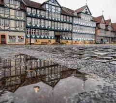 Fachwerk und Kopfstein (carsten.plagge) Tags: 2019 a6300 januar kopfsteinpflaster pfützen rathaus regen sony stadtmarkt wolfenbüttel niedersachsen deutschland de