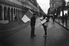 Parie rue de Rivoli (maxfloriat) Tags: paris rivoli giletsjaunes bw noiretblanc blackandwhite leicam6 zeiss planar 50mm