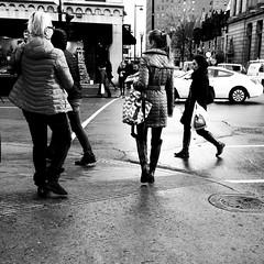 L'heure du lunch, c'est aussi pour le magasinage... (woltarise) Tags: montréal iphone5 streetwise mcgillcollegesaintecatherine rues centreville downtown 13hpm lunch passantes magasinage intersection