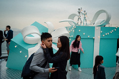 * (Sakulchai Sikitikul) Tags: street snap streetphotography summicron sony a7s 35mm hongkong leica box gift