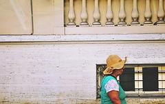 o sol na cabeça (lucia yunes) Tags: chapéu calorescaldante calor verão sol mulher rua cenaderua fotoderua fotografiaderua mobilephotographie mobilephoto luciayunes motoz3play streetshot streetphoto streetphotographie street streetscene streetlife lifeinstreet hat summer hot sun