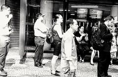 paciência é uma virtude (lucia yunes) Tags: onibus pontodeônibus espera cenaderua fotografiaderua fotoderua gente cotidiano cansaço vida mobilephoto mobilephotographie streetphoto streetshot streetphotographie streetscene bus luciayunes lifeinstreet lifestreet streetlife motoz3play