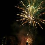 Neujahrs-Feuerwerk beleuchtet den Nachthimmel über Overveen, Niederlande thumbnail
